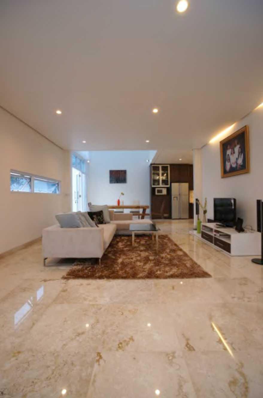 Nimara Architects  Butet House Ciledug, Tangerang City, Banten, Indonesia Tangerang, Indonesia Livingroom Modern  10819