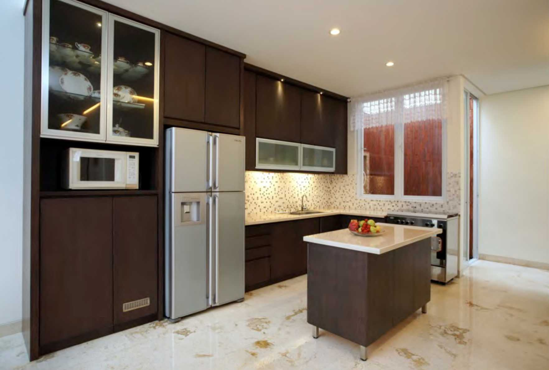 Nimara Architects  Butet House Ciledug, Tangerang City, Banten, Indonesia Tangerang, Indonesia Kitchen Area Modern  10826