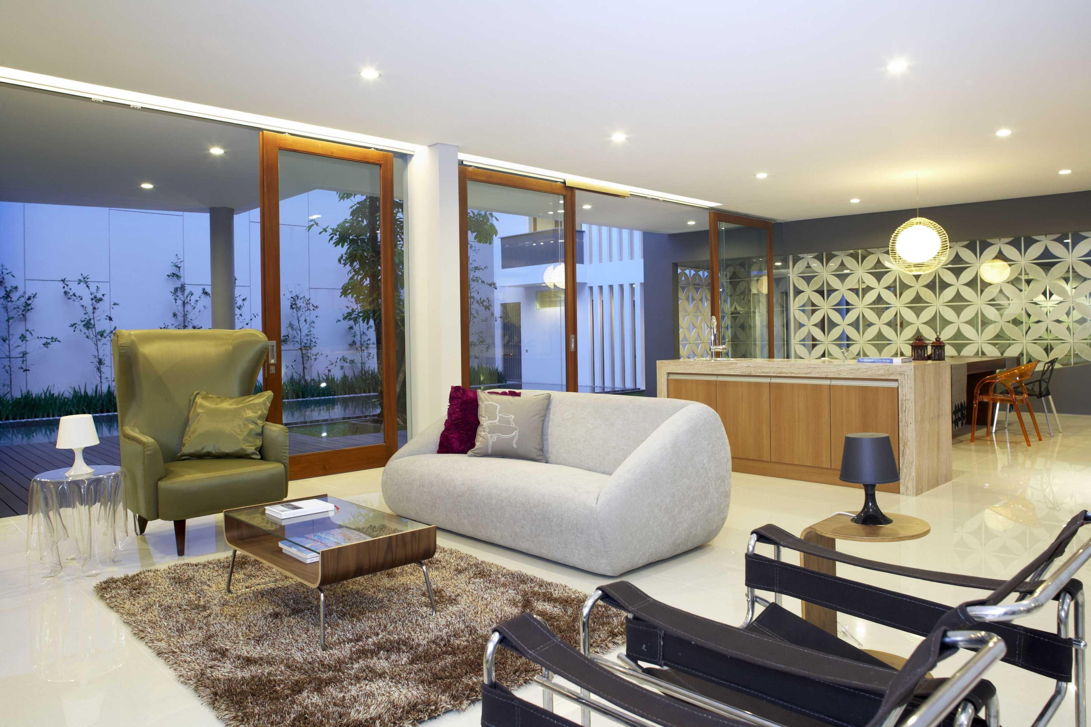 Das Quadrat Kawoeng House Surabaya, Indonesia Surabaya, Indonesia Living Room Modern  9363