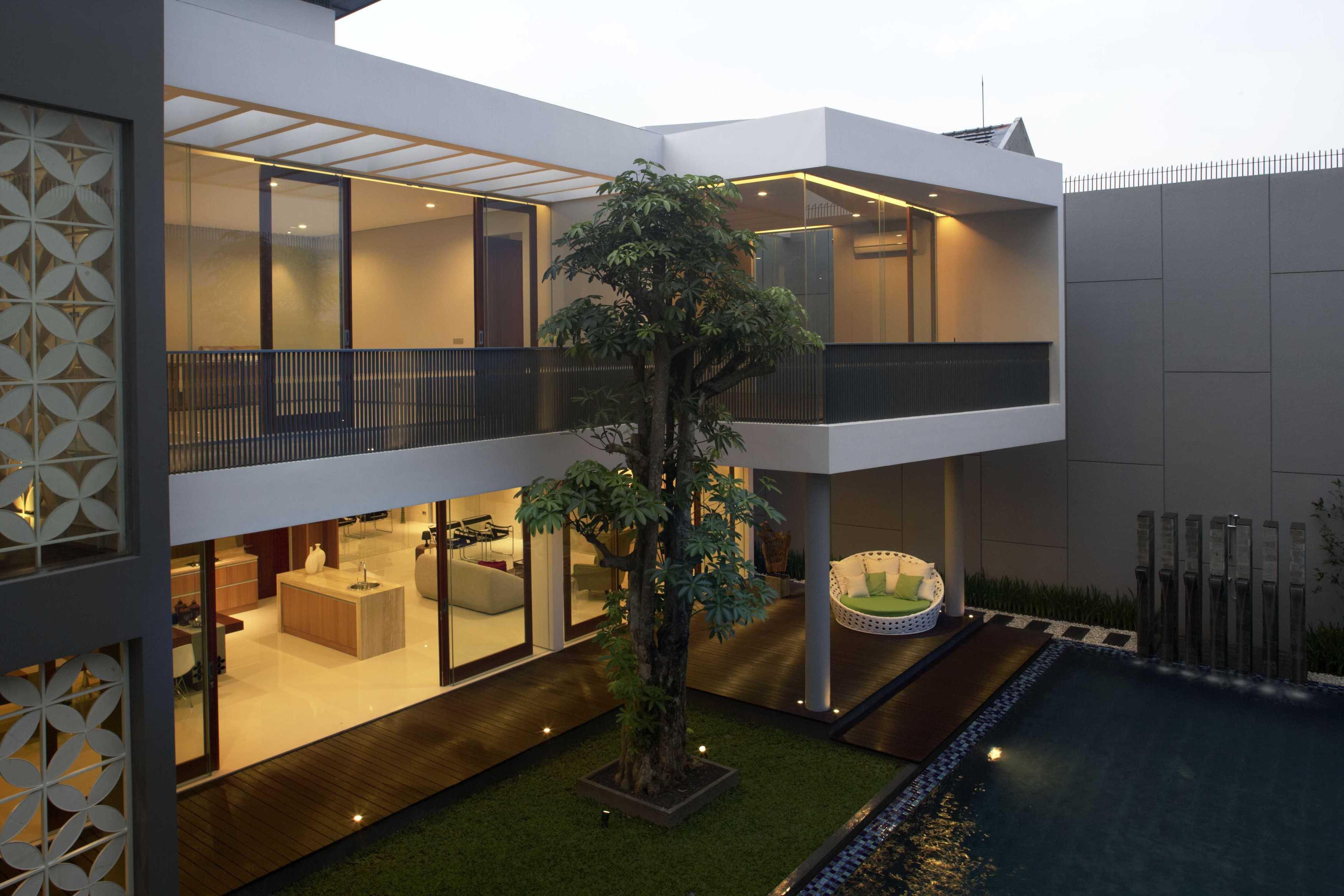 Das Quadrat Kawoeng House Surabaya, Indonesia Surabaya, Indonesia Backyard View Modern  9366