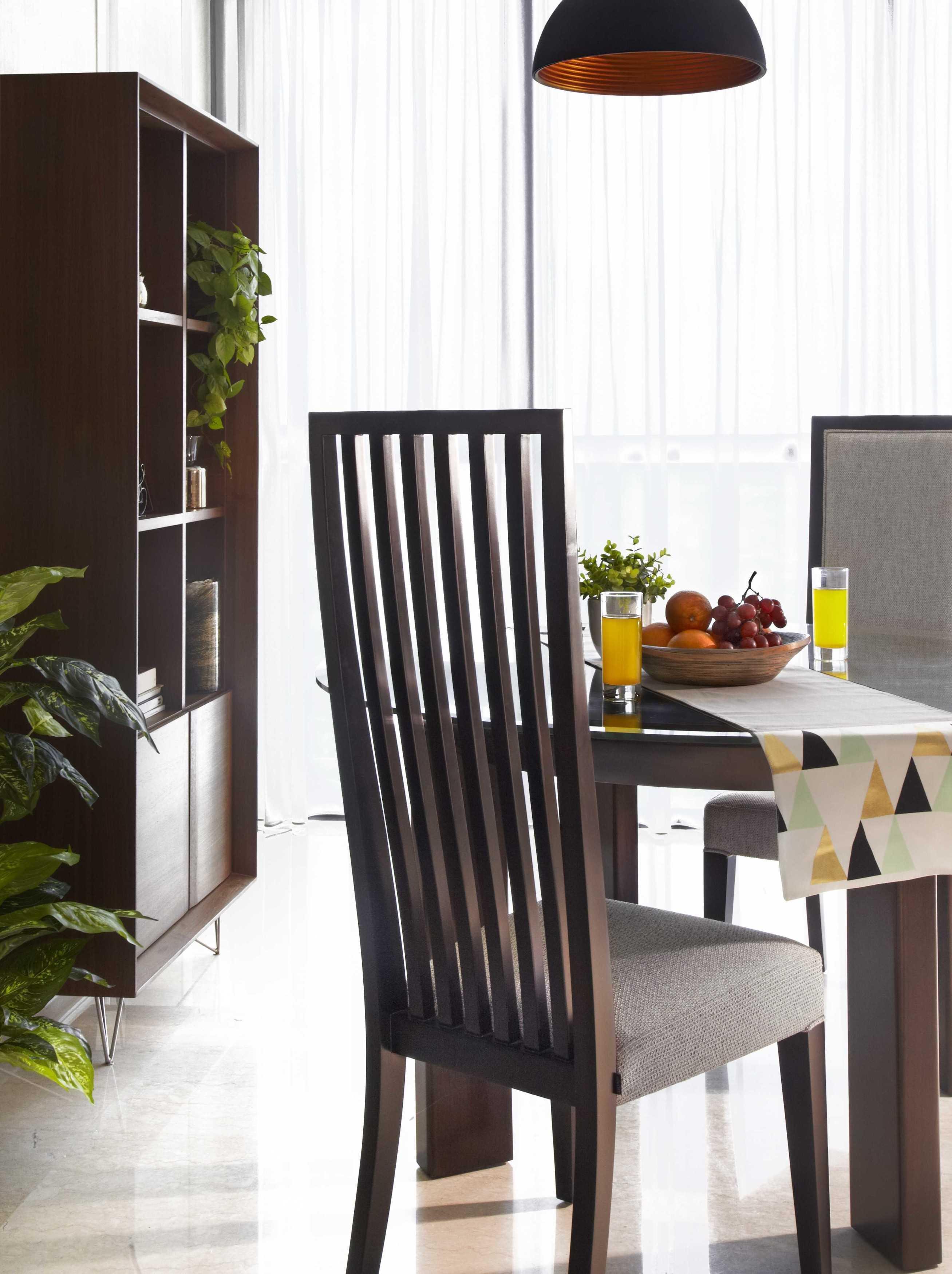 Vivere - Furniture & Home Decor Windsor Private Residence Rt.1/rw.2, Kembangan Sel., Kembangan, Kota Jakarta Barat, Daerah Khusus Ibukota Jakarta 11610, Indonesia  Dining Room Asian,wood Product Featured: - Skyline Side Chair - Donata Round Dining Table - Moduuli Display Cabinet 33834
