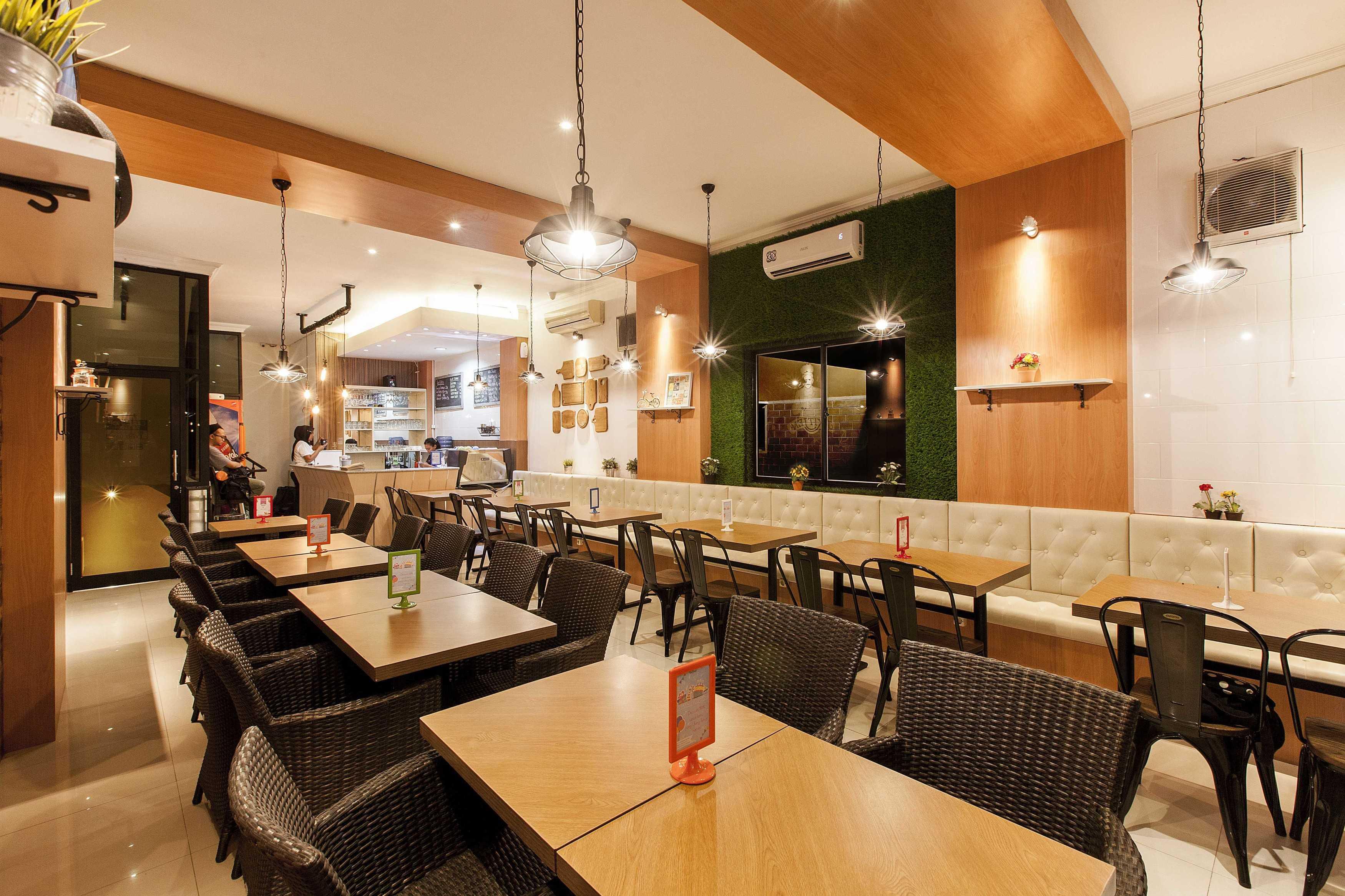 Yardd D'kitjen Cafe Tangerang, Indonesia Tangerang, Indonesia Dining Area Modern  9725