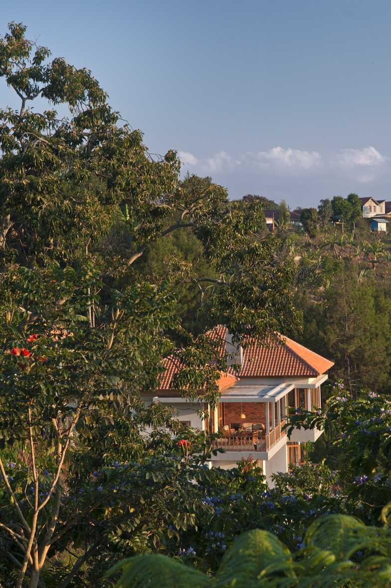 Erwin Kusuma Sunset Villa Bandung Bandung Ydh7015 Tropis  9680
