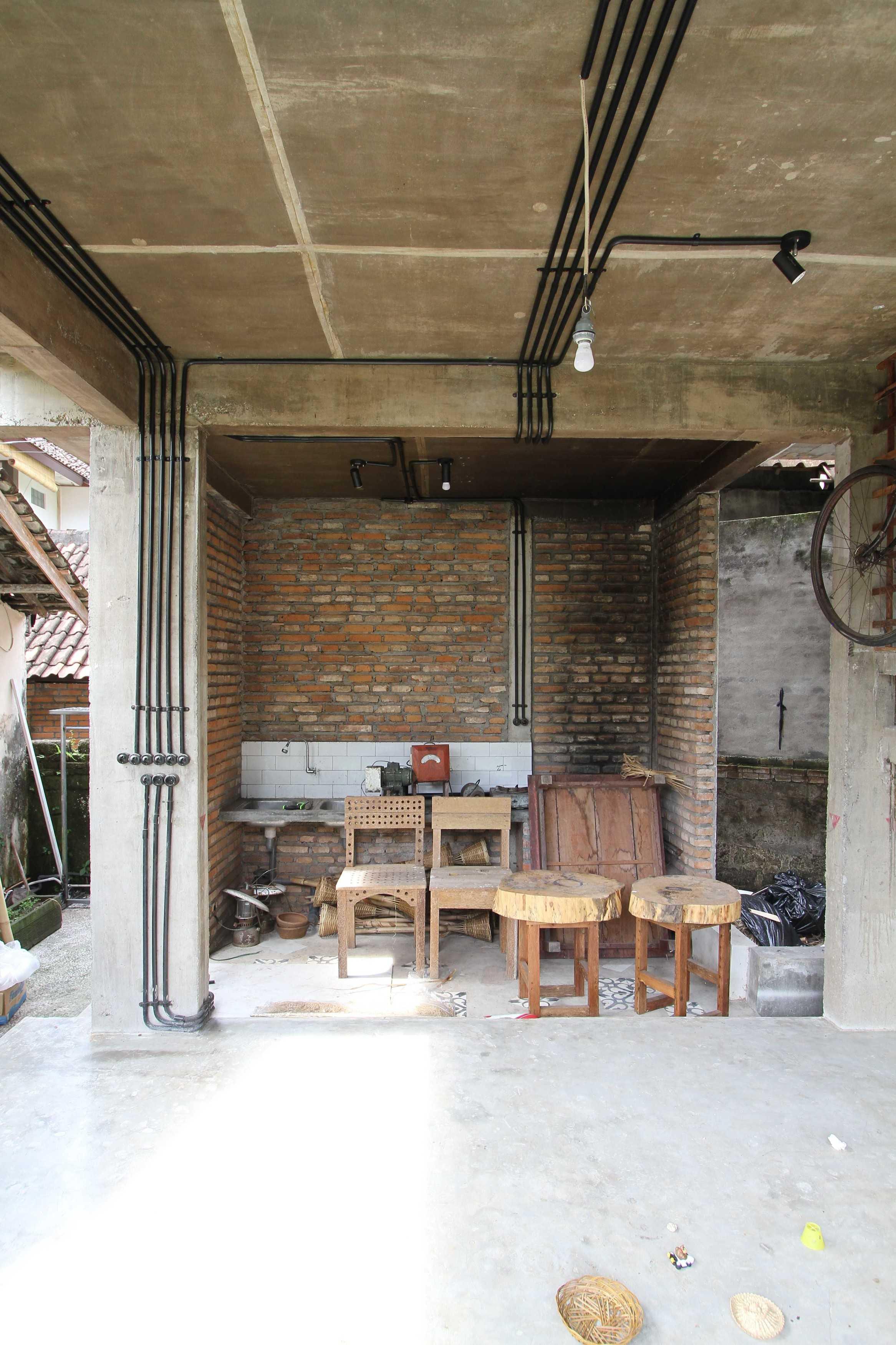 Ddap Architect Vertical Courtyard House Jl. Hanoman, Ubud, Kabupaten Gianyar, Bali 80571, Indonesia Jl. Hanoman, Ubud, Kabupaten Gianyar, Bali 80571, Indonesia Interior View Tradisional  44413