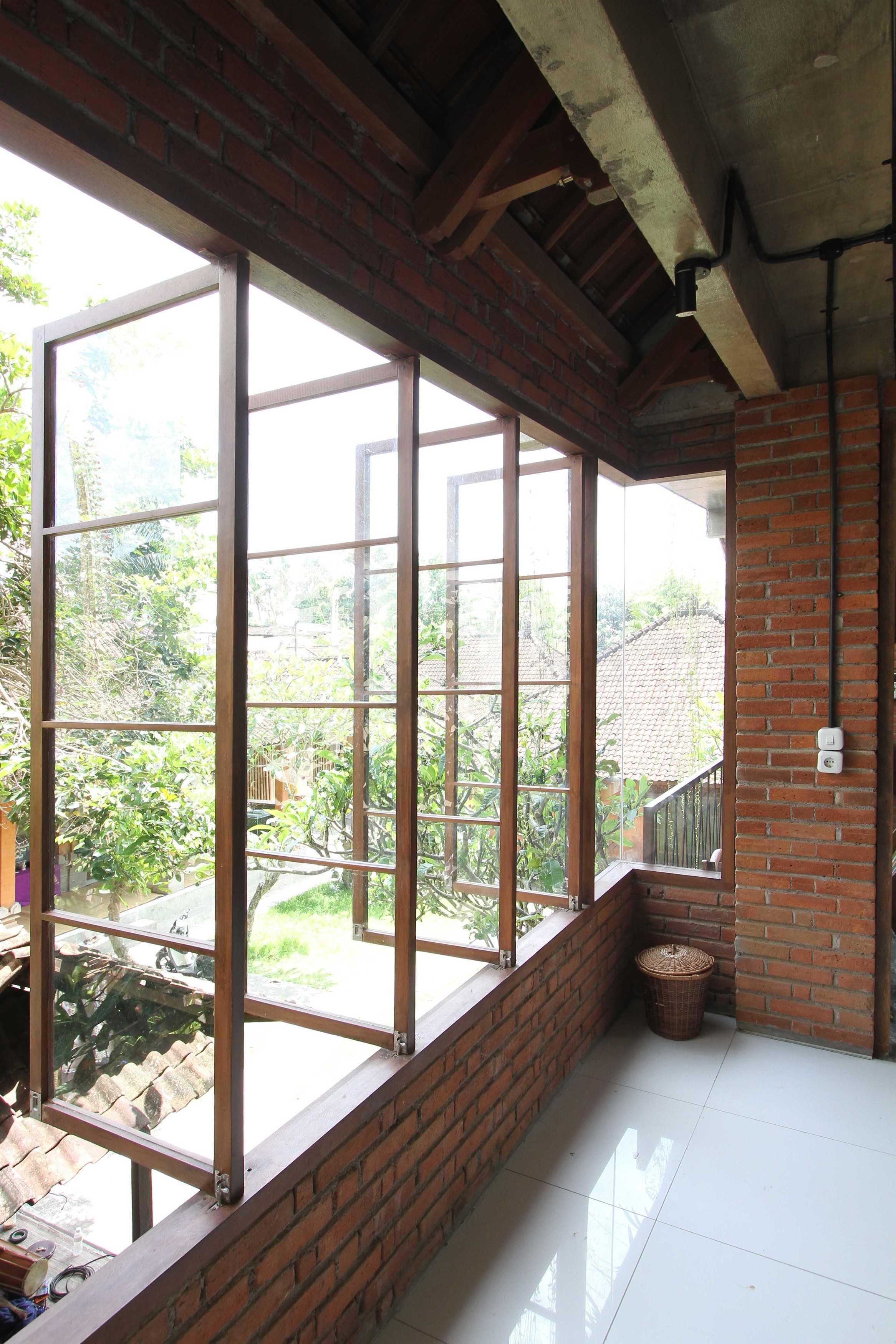 Ddap Architect Vertical Courtyard House Jl. Hanoman, Ubud, Kabupaten Gianyar, Bali 80571, Indonesia Jl. Hanoman, Ubud, Kabupaten Gianyar, Bali 80571, Indonesia Windows Tradisional  44424
