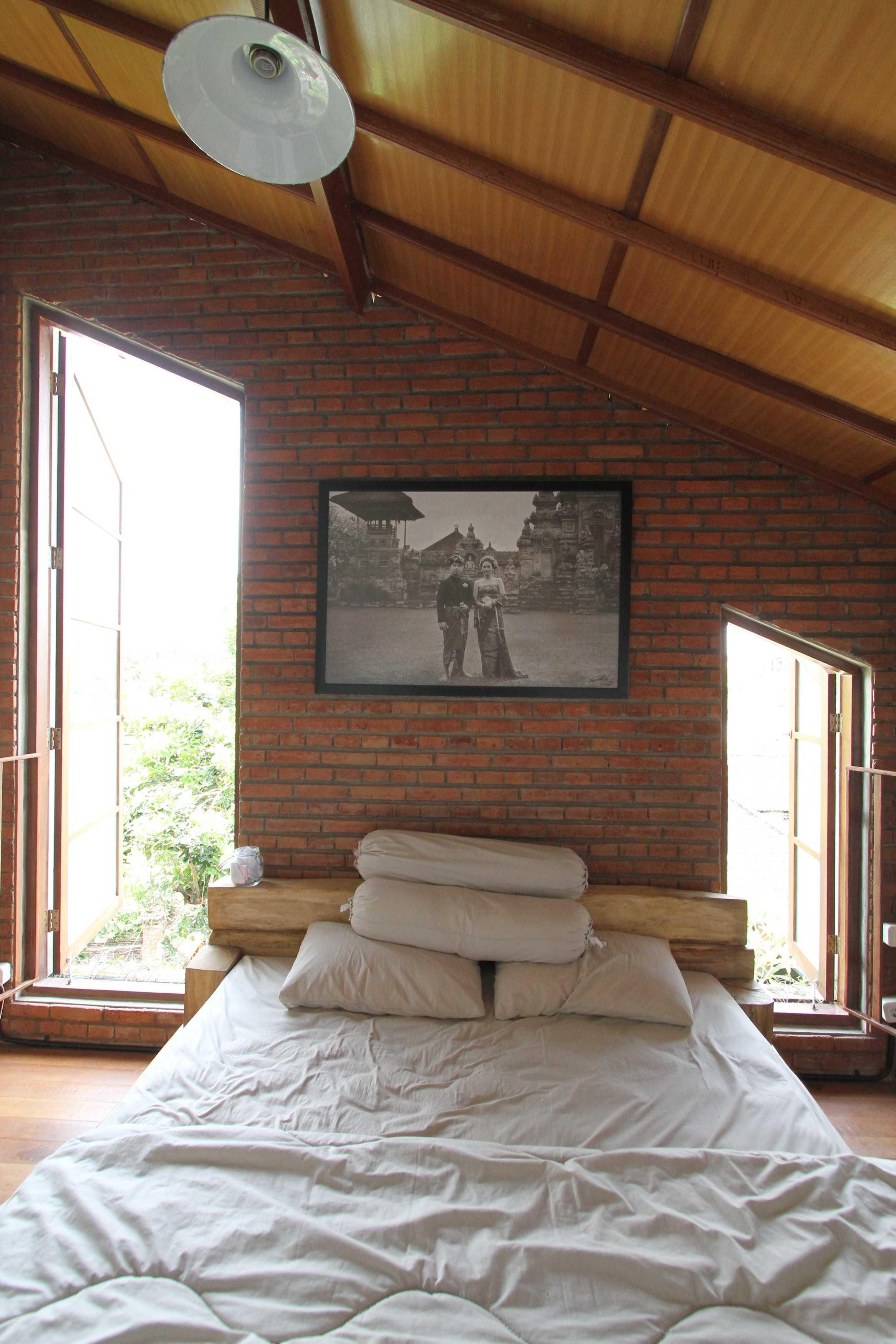 Ddap Architect Vertical Courtyard House Jl. Hanoman, Ubud, Kabupaten Gianyar, Bali 80571, Indonesia Jl. Hanoman, Ubud, Kabupaten Gianyar, Bali 80571, Indonesia Bedroom Tradisional  44427