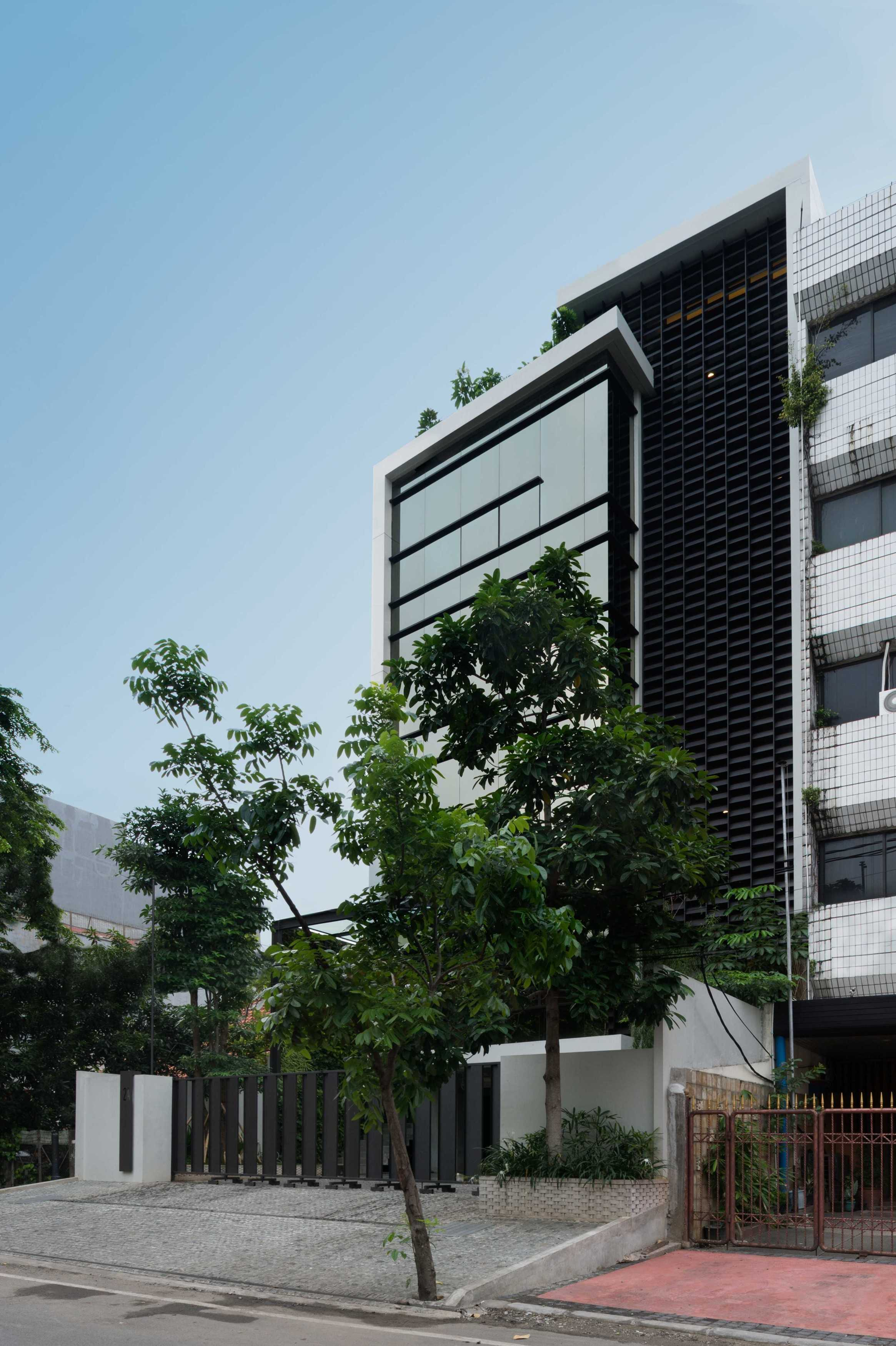 Hmparchitects Galileo Breezeway Central Jakarta, Indonesia Central Jakarta, Indonesia Galileo Office Side View   10237