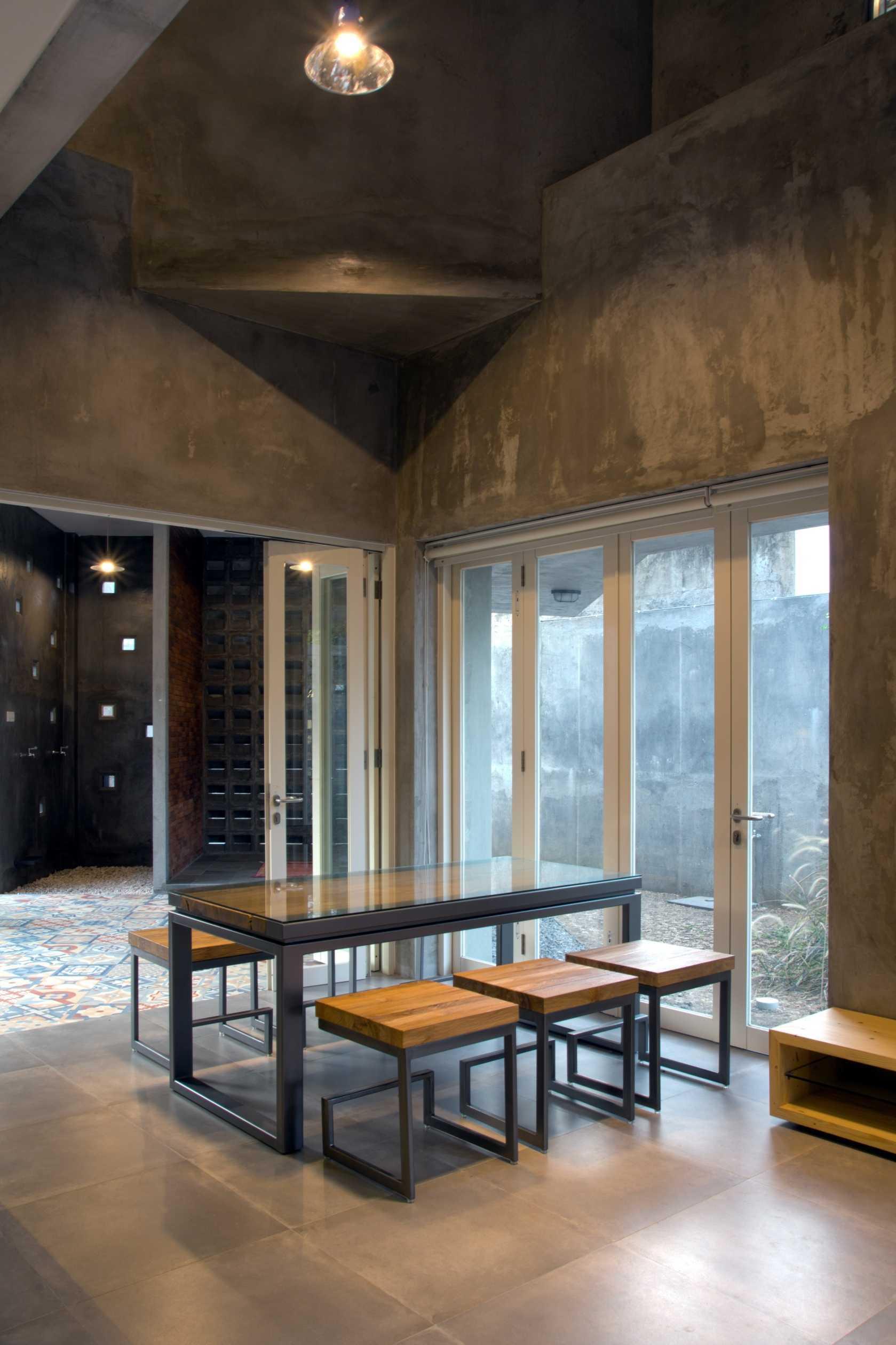 Andyrahman Architect Rumah Miring Surabaya, Indonesia Surabaya, Indonesia Dining Room Industrial  10988