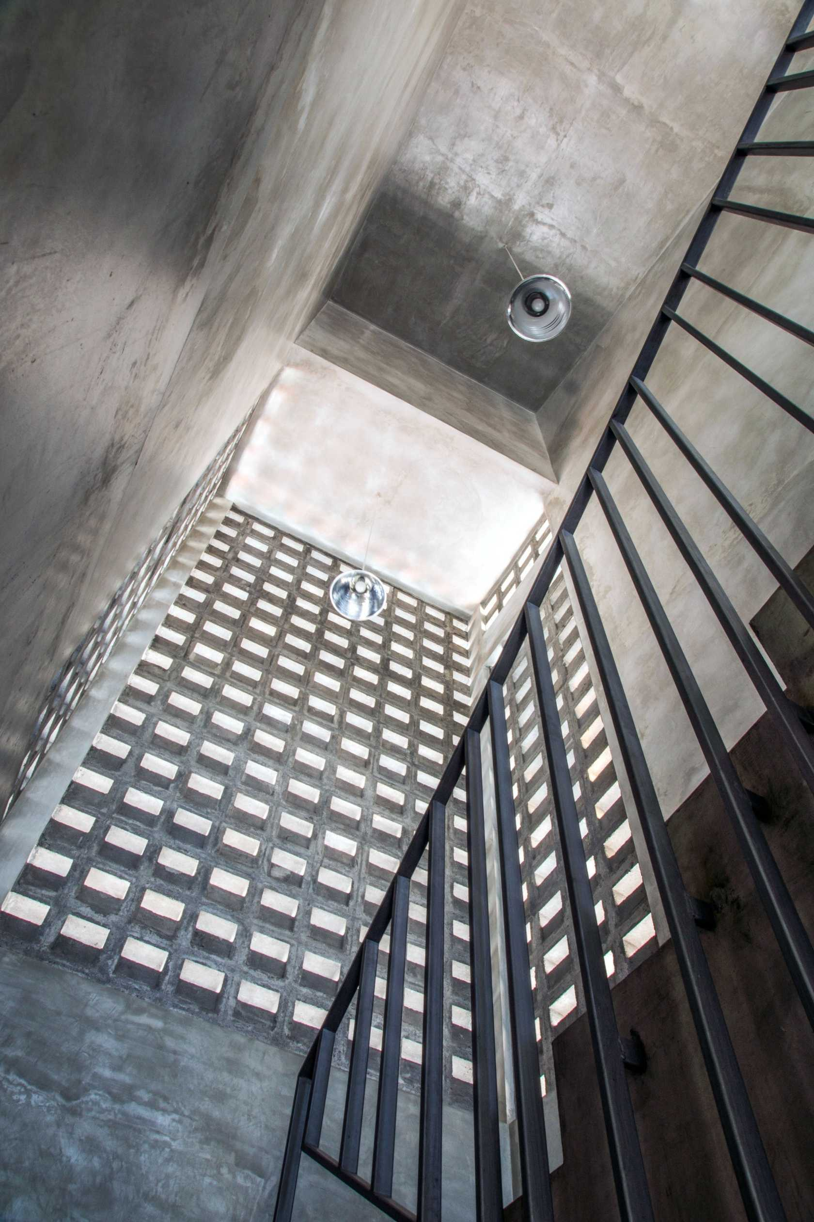 Andyrahman Architect Rumah Miring Surabaya, Indonesia Surabaya, Indonesia Stairs Industrial  10992