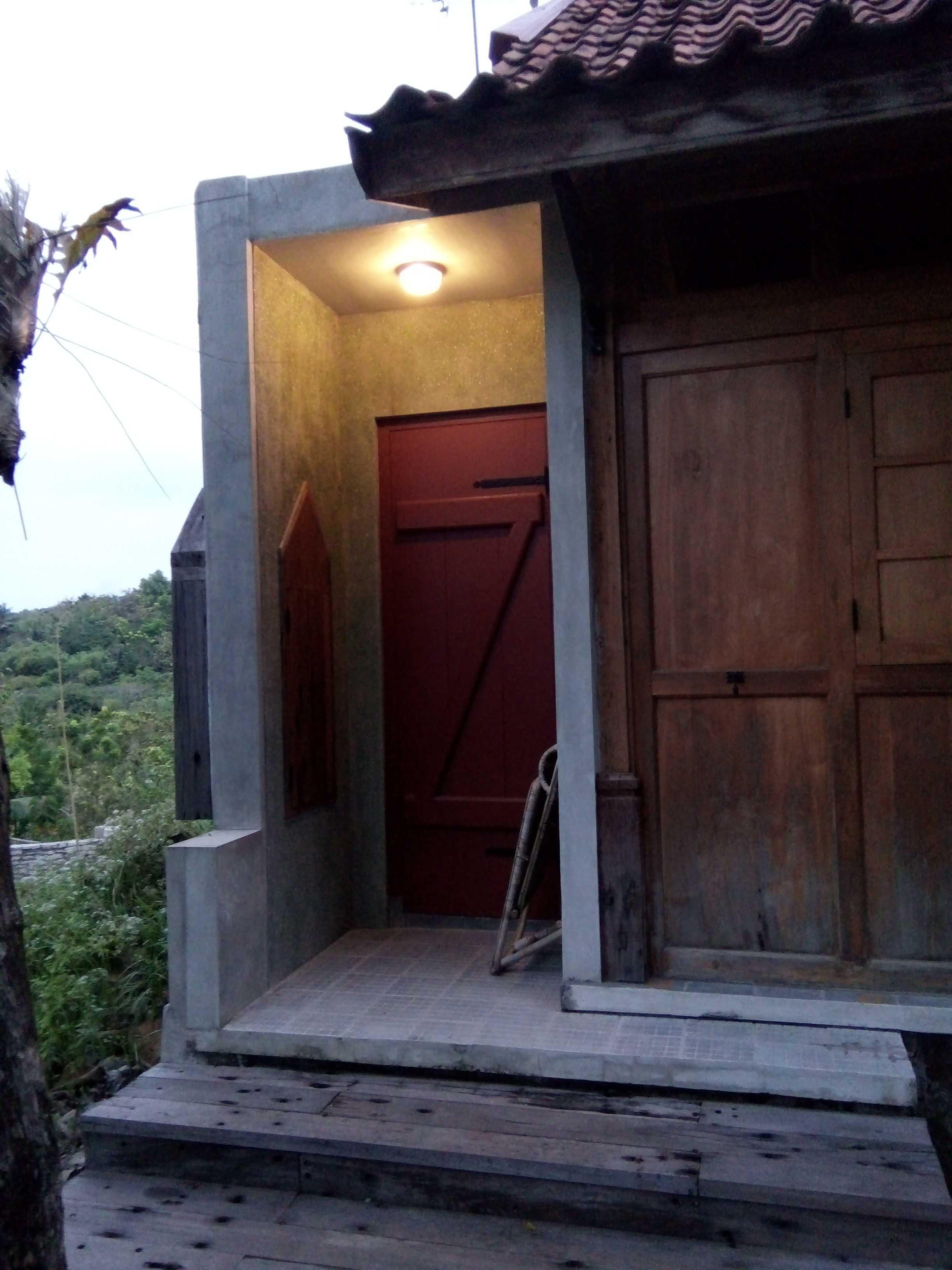 Aditya Wijaya / Studio Indirakasa Bangunjiwo House Yogyakarta Yogyakarta Door Tropis  16804