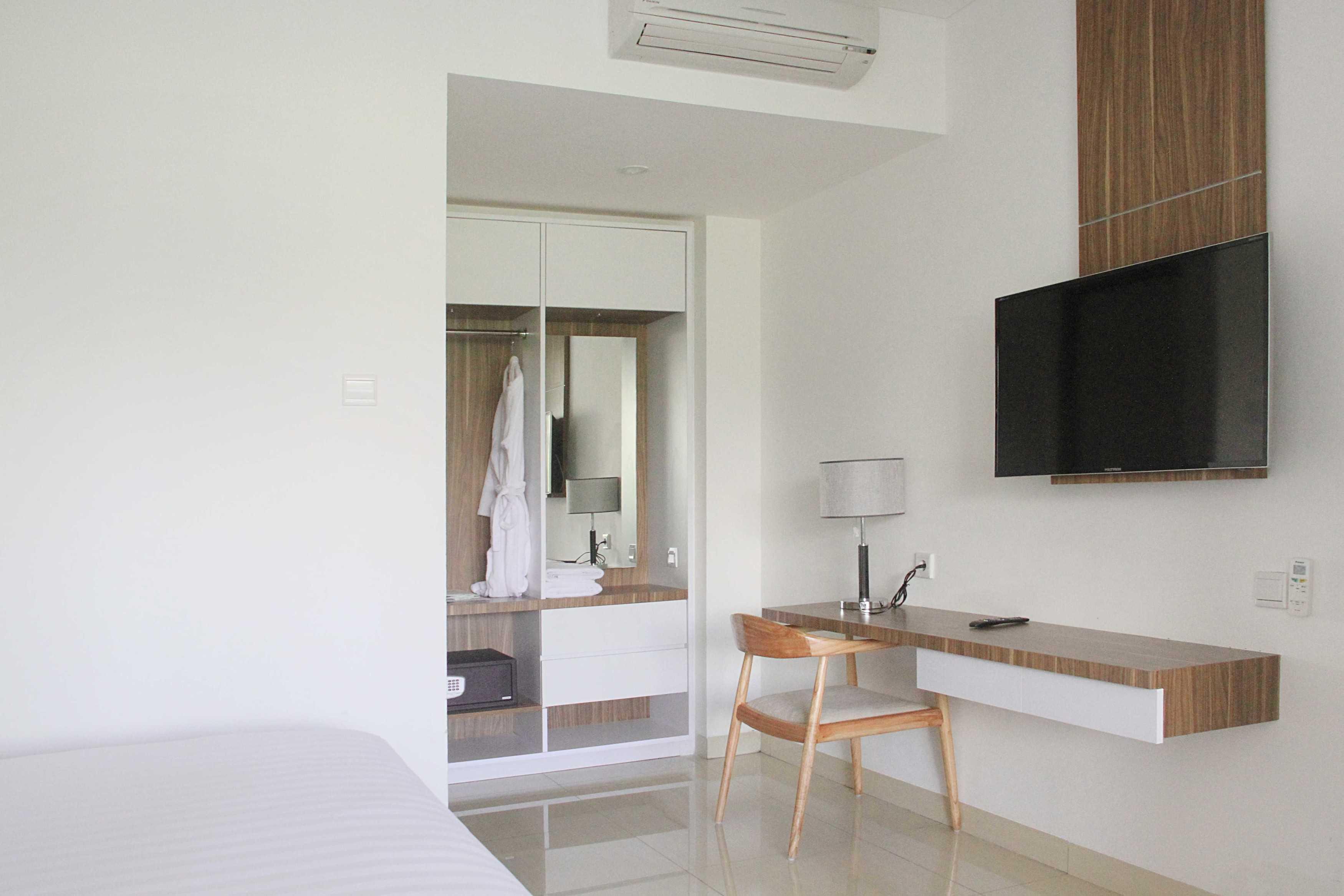 Arkitekt.id Executive Suite Room No 1 Clove Garden Hotel, Bandung Clove Garden Hotel, Bandung Bedroom Closet Skandinavia  29450