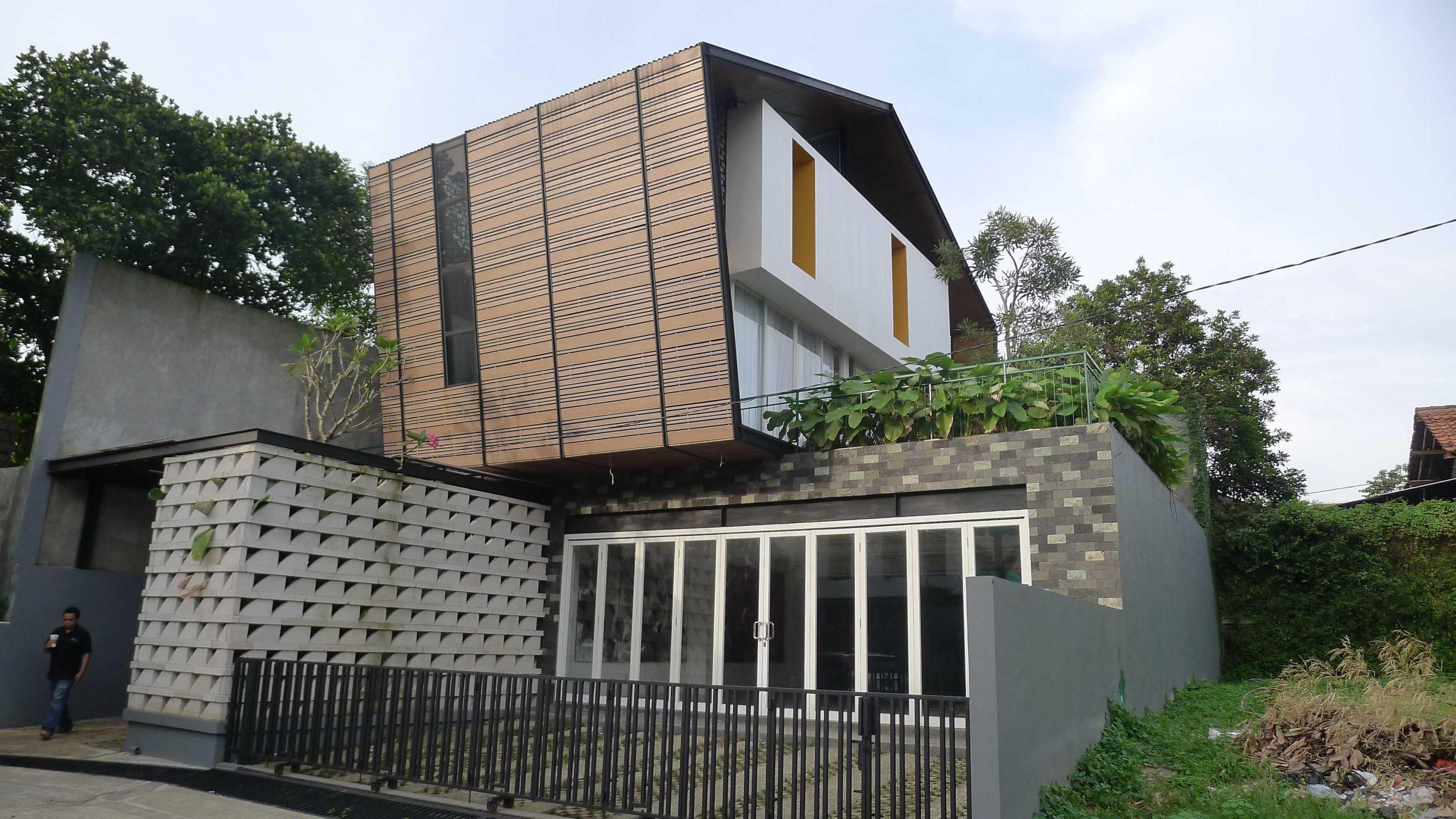 Parametr Indonesia Hybrid House Tangerang, Banten, Indonesia Tangerang, Banten, Indonesia Facade Contemporary  18443