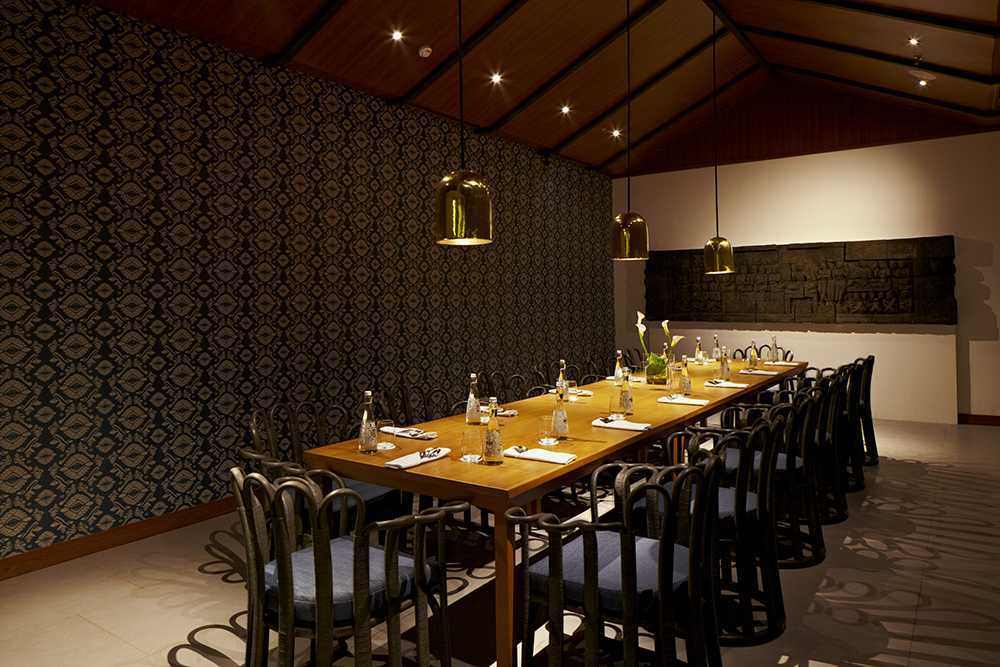 Alvin Tjitrowirjo, Alvint Studio Dapour & 100 Bar And Eatery Hotel Atlet Century Park Senayan Hotel Atlet Century Park Senayan Dining Area Kontemporer <P>Semi Private Dining Room With Custom Design Wallpaper Inspired By Traditional Songket Fabric Of Lombok. Dining Table Uses Alvint's Malya Dining Chair</p> 15608