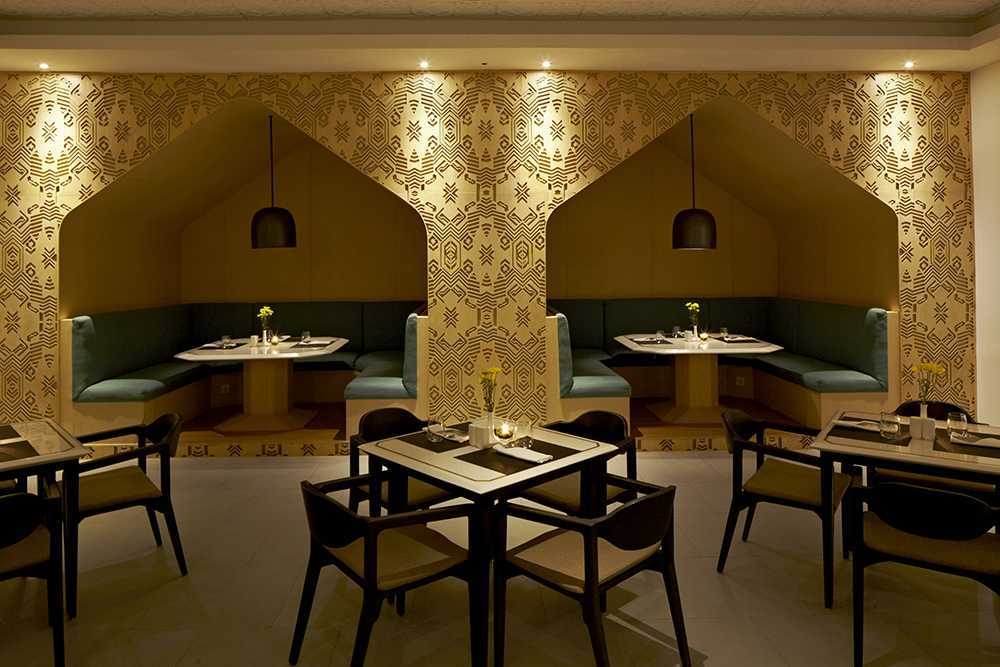 Alvin Tjitrowirjo, Alvint Studio Dapour & 100 Bar And Eatery Hotel Atlet Century Park Senayan Hotel Atlet Century Park Senayan Dining Area Kontemporer <P>Seating Booths Surrounded By Lasercut Wallpanels Depicting Modernised Pattern Of Tenun Ikat From Sumba.&nbsp;</p> 15612