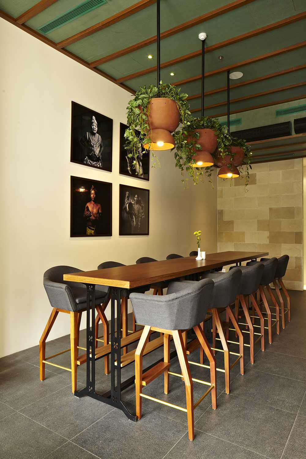 Alvin Tjitrowirjo, Alvint Studio Dapour & 100 Bar And Eatery Hotel Atlet Century Park Senayan Hotel Atlet Century Park Senayan Dining Area Kontemporer <P>Special Design Planter Pot - Pendant Hand Made Out Of Terracotta. Seen On The Wall Are Photographs Of Indonesian People By Martin Westlake.&nbsp;</p> 15613