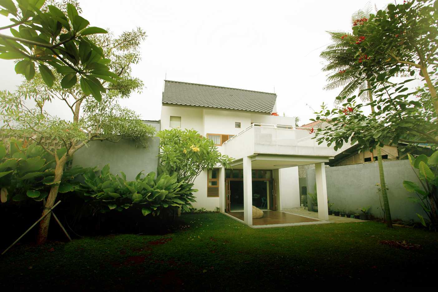 Armeyn Ilyas Doctor House Kelapa Dua Wetan, Ciracas, East Jakarta City, Jakarta, Indonesia Jakarta Backyard Modern  17737