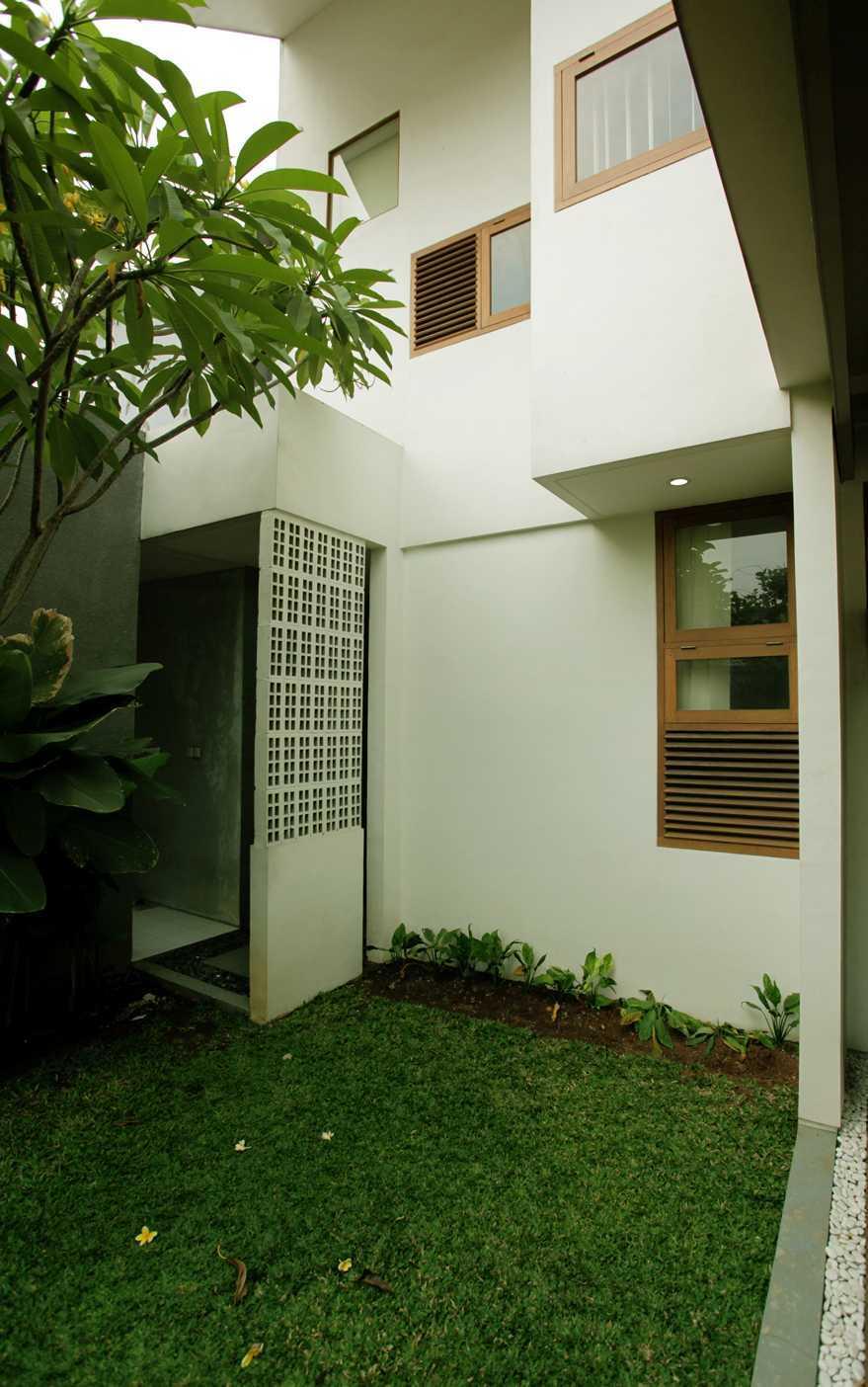 Armeyn Ilyas Doctor House Kelapa Dua Wetan, Ciracas, East Jakarta City, Jakarta, Indonesia Jakarta Backyard Modern  17738