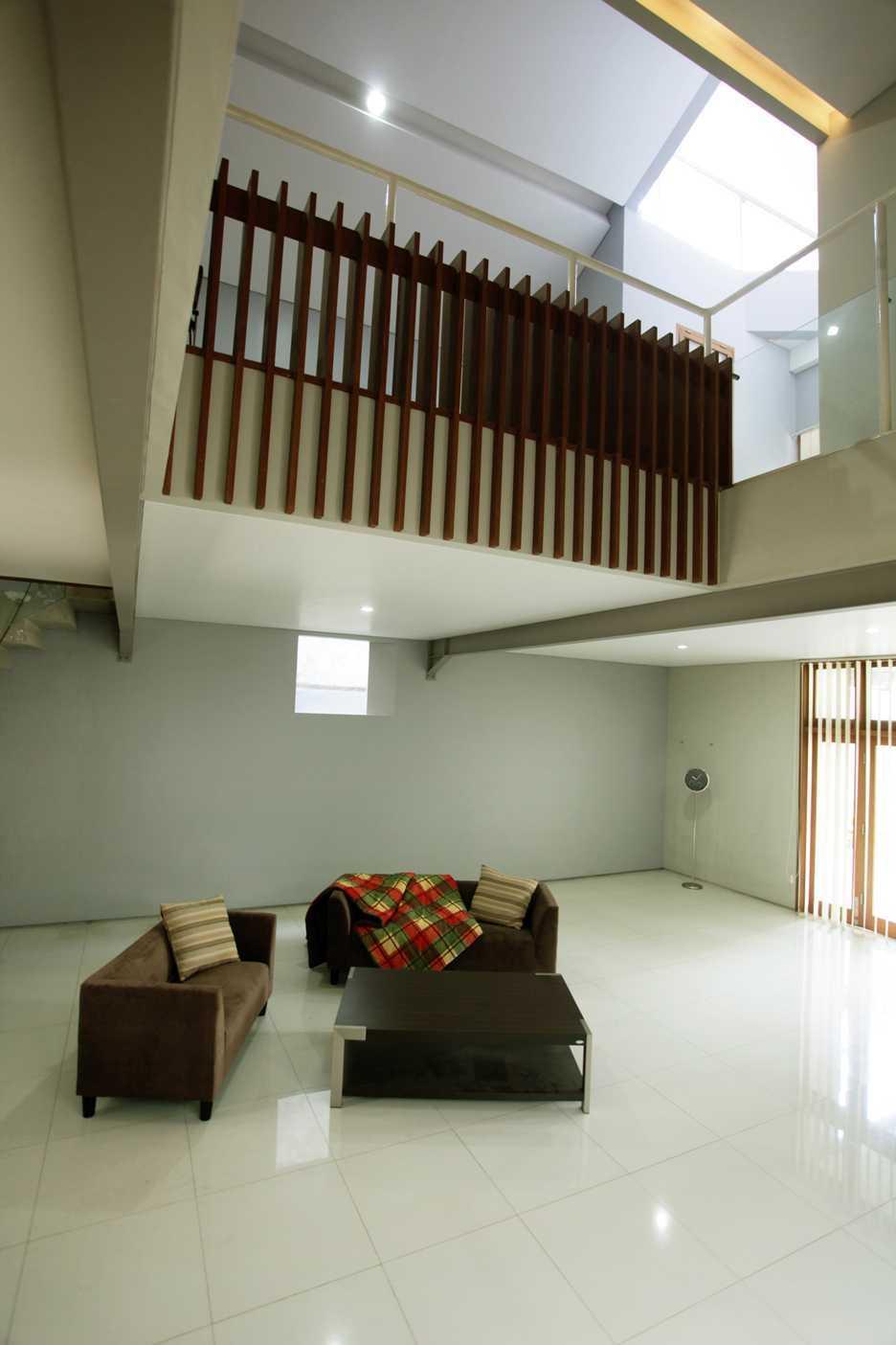 Armeyn Ilyas Doctor House Kelapa Dua Wetan, Ciracas, East Jakarta City, Jakarta, Indonesia Jakarta Livingroom Modern  17739