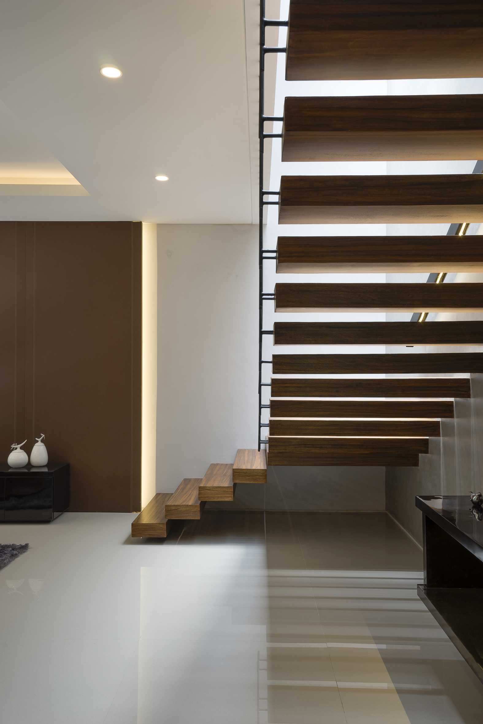 "Simple Projects Architecture ""s"" House Pakuwon Indah, Surabaya - Indonesia Pakuwon Indah, Surabaya - Indonesia Staircase   32989"