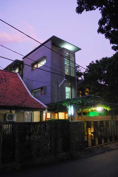 Imron Yusuf-Ifd Architects Slim House South Jakarta, South Jakarta City, Jakarta, Indonesia Cipete, South Jakarta Side View Tropis View From The Street 26551