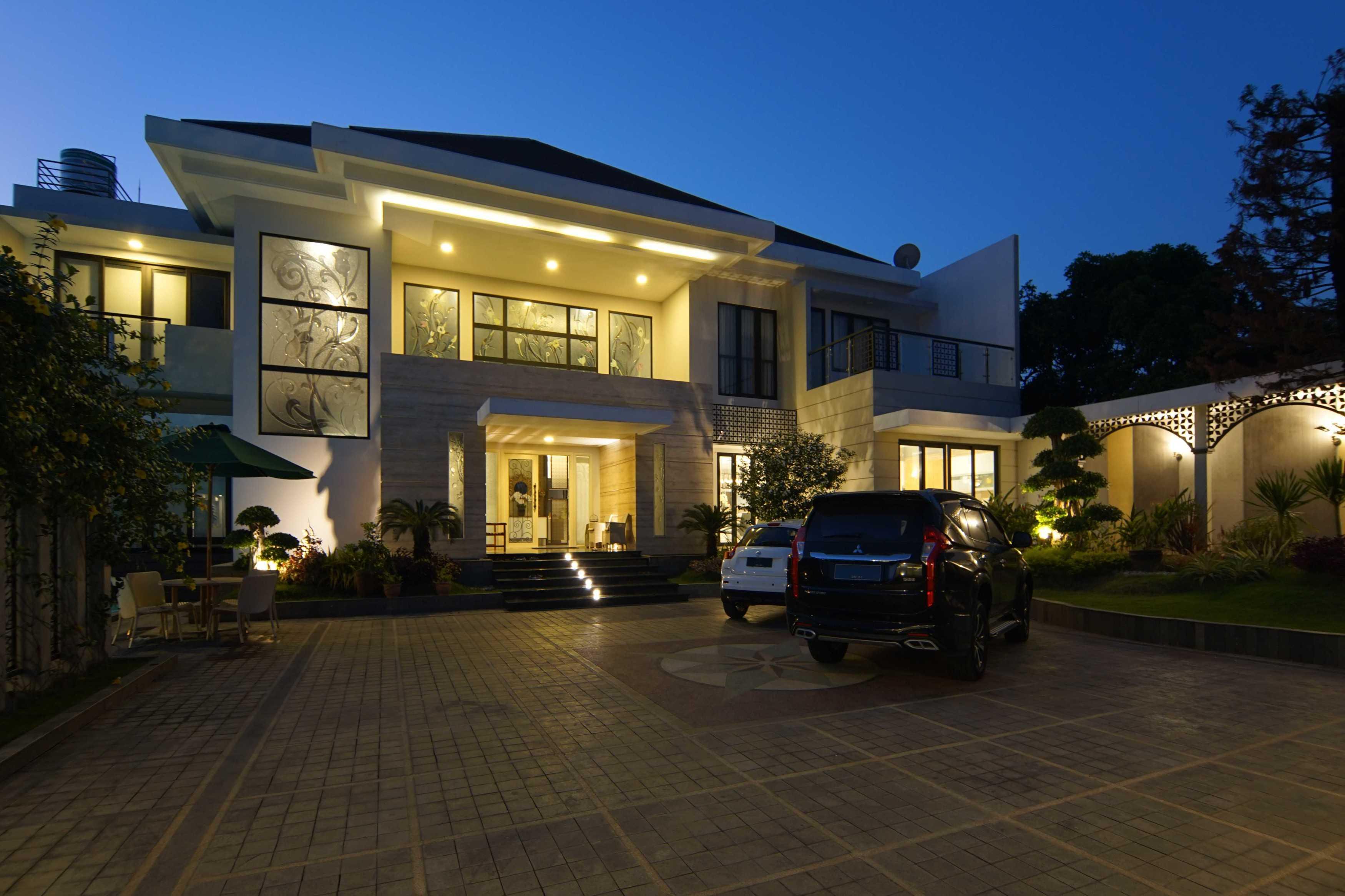 .nicky Setiabudi Architect (Muse  Design) Pl House Kabupaten Tuban, Jawa Timur, Indonesia Kabupaten Tuban, Jawa Timur, Indonesia Facade View At Bluehour Contemporary <P>View Dari Arah Akses Masuk.</p> 50010