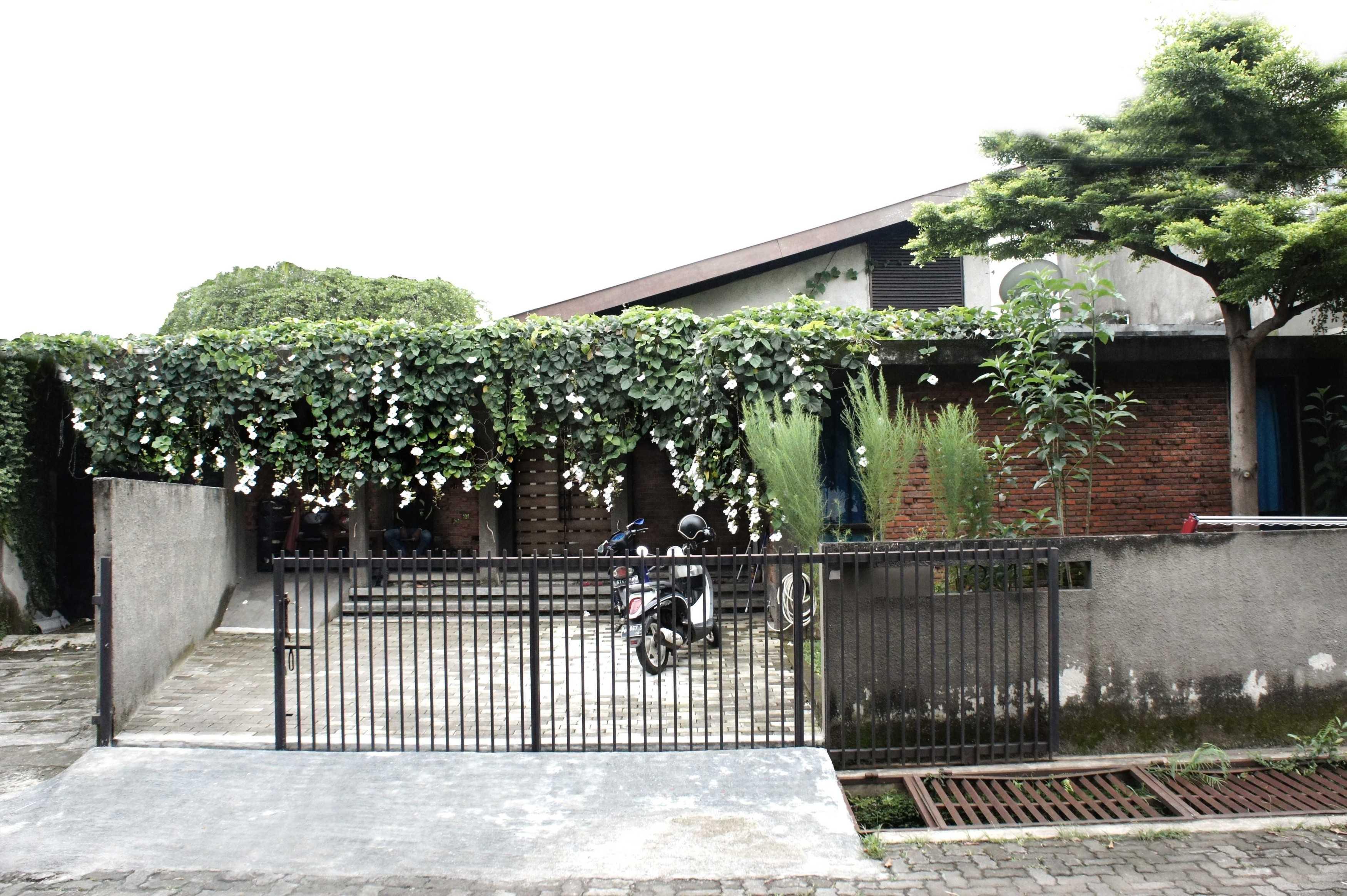 Labworks Architect Selasar House Rempoa, Ciputat Tim., Kota Tangerang Selatan, Banten, Indonesia Rempoa, Ciputat Tim., Kota Tangerang Selatan, Banten, Indonesia Exterior View Tropical  52087
