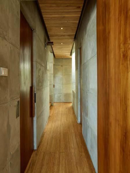 Foto inspirasi ide desain tangga minimalis Corridor oleh RAW Architecture di Arsitag