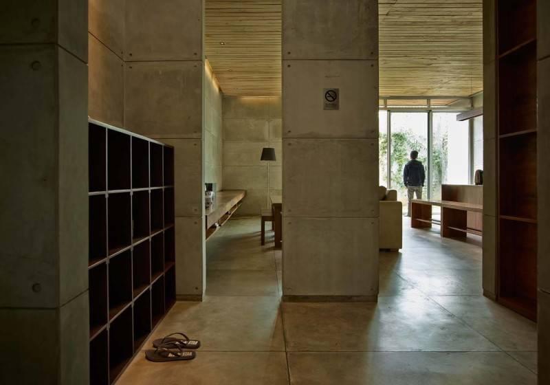 Foto inspirasi ide desain pintu masuk Entrance into living room oleh RAW Architecture di Arsitag