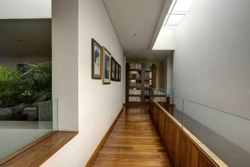 Foto inspirasi ide desain koridor dan lorong kontemporer 2nd floor corridor oleh RAW Architecture di Arsitag
