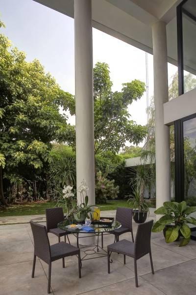 Foto inspirasi ide desain exterior kontemporer Outdoor sitting area oleh RAW Architecture di Arsitag