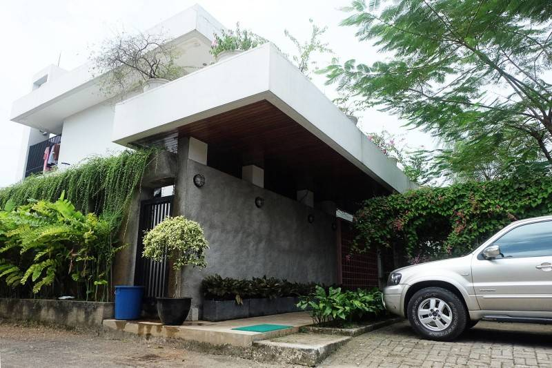 Raw Architecture Pangkalan Jati House Pangkalan Jati, Jakarta, Indonesia Pangkalan Jati, Jakarta, Indonesia Parking Area Kontemporer 1578