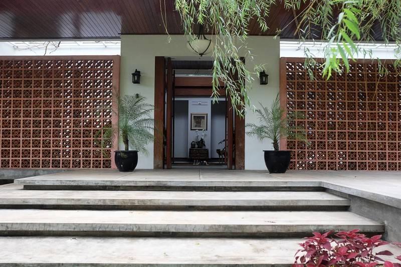 Raw Architecture Pangkalan Jati House Pangkalan Jati, Jakarta, Indonesia Pangkalan Jati, Jakarta, Indonesia Entrance Door Kontemporer 1579