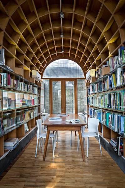 Foto inspirasi ide desain perpustakaan Interior space oleh RAW Architecture di Arsitag