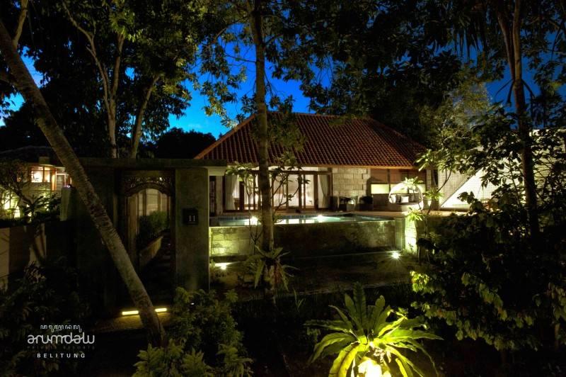 Foto inspirasi ide desain exterior tropis Arumdalu eksterior oleh RAW Architecture di Arsitag