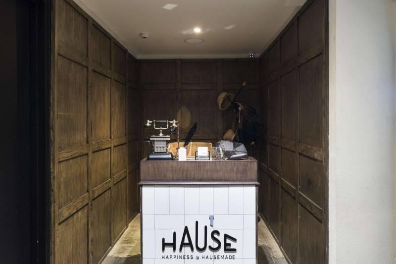 Foto inspirasi ide desain restoran minimalis Reception area oleh Bitte Design Studio di Arsitag