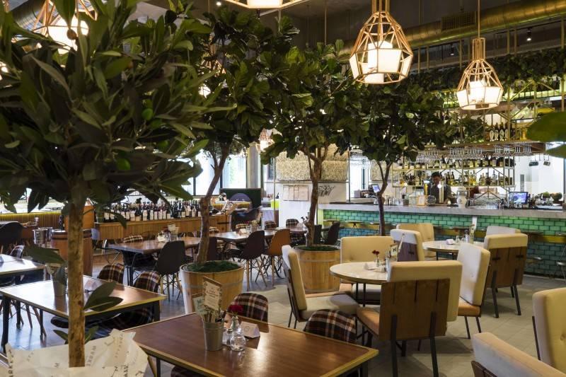 Foto inspirasi ide desain restoran kontemporer Public markette seating area oleh Bitte Design Studio di Arsitag