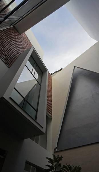Sonny Sutanto Architects Sonny Sutanto Architects New Office Sunter, North Jakarta, Indonesia Sunter, North Jakarta, Indonesia Courtyard Void  2102