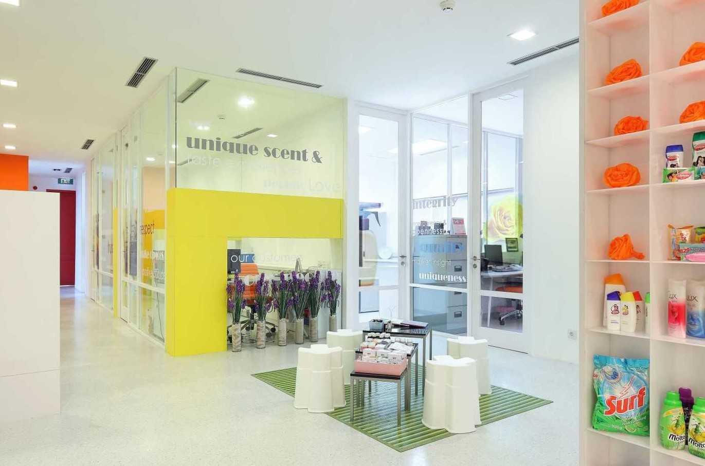 Foto inspirasi ide desain display area minimalis 2 oleh Atelier Cosmas Gozali di Arsitag