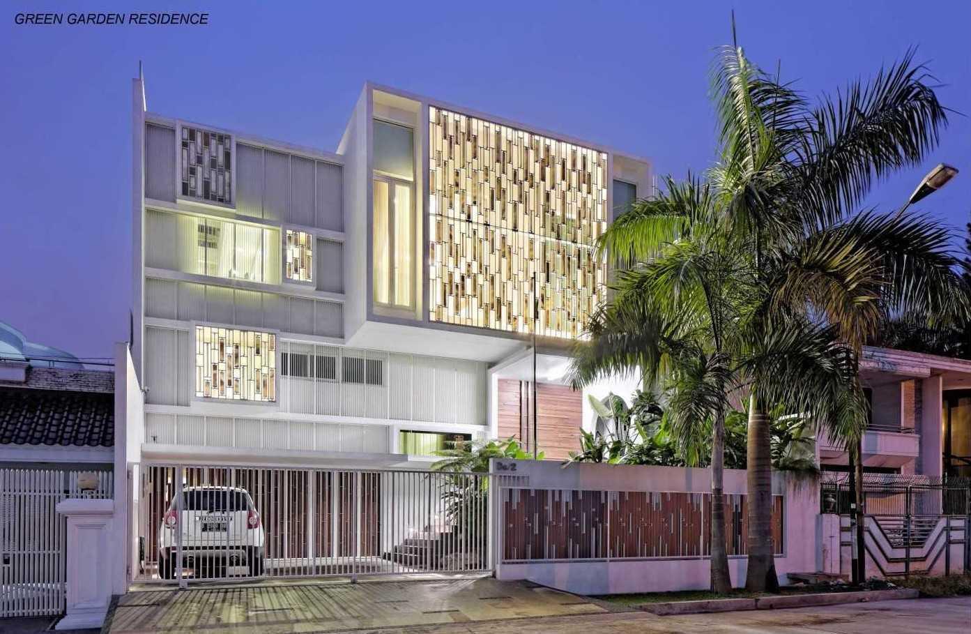 Foto inspirasi ide desain rumah modern Facade oleh Atelier Cosmas Gozali di Arsitag