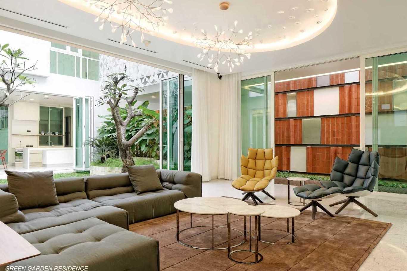 Foto inspirasi ide desain rumah kontemporer Living room oleh Atelier Cosmas Gozali di Arsitag