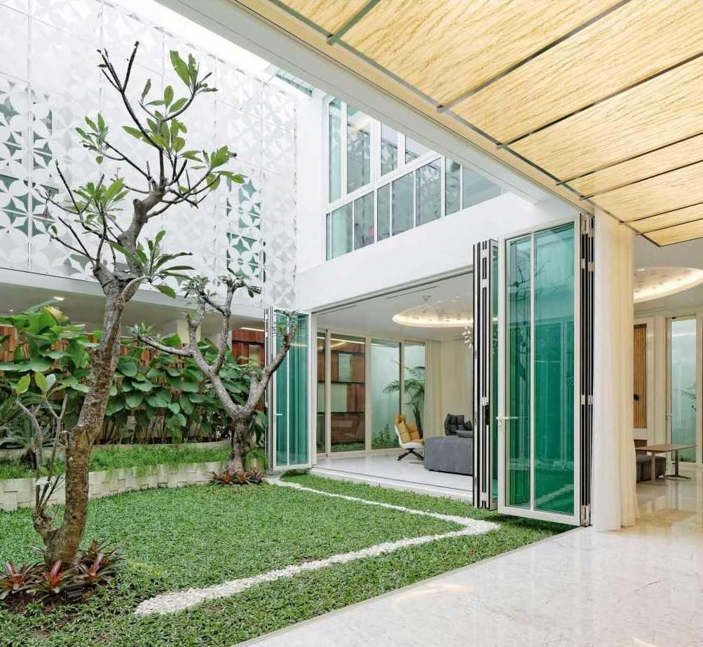 Foto inspirasi ide desain taman kontemporer Courtyard oleh Atelier Cosmas Gozali di Arsitag