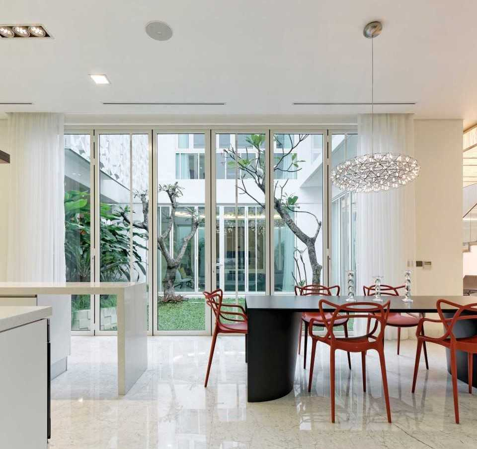 Foto inspirasi ide desain ruang makan kontemporer Dining room oleh Atelier Cosmas Gozali di Arsitag