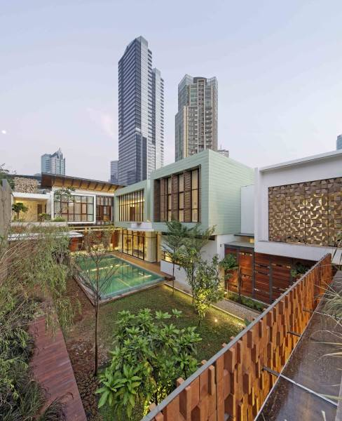 Foto inspirasi ide desain kolam Swimming pool view oleh Atelier Cosmas Gozali di Arsitag