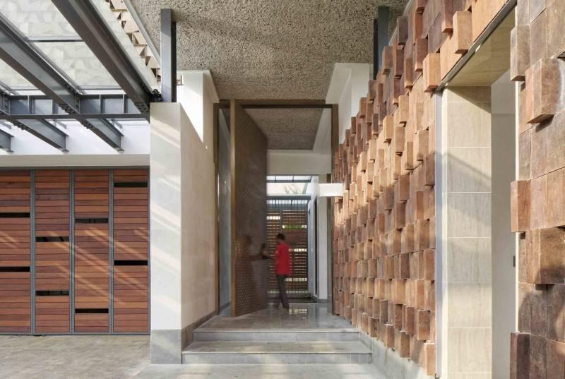 Foto inspirasi ide desain pintu masuk Entrance gate oleh Atelier Cosmas Gozali di Arsitag