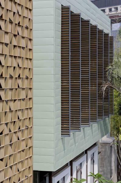 Foto inspirasi ide desain Denpasar residence interior oleh Atelier Cosmas Gozali di Arsitag