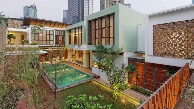 Foto inspirasi ide desain kontemporer Backyard view oleh Atelier Cosmas Gozali di Arsitag