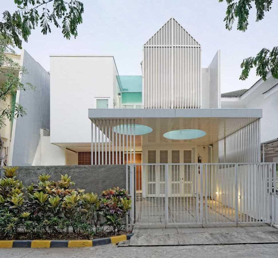 Foto inspirasi ide desain exterior tropis Front view oleh Atelier Cosmas Gozali di Arsitag