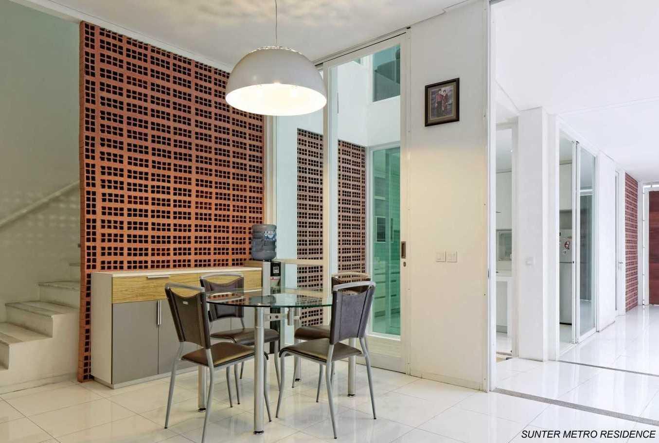 Foto inspirasi ide desain ruang makan tropis Dining room oleh Atelier Cosmas Gozali di Arsitag