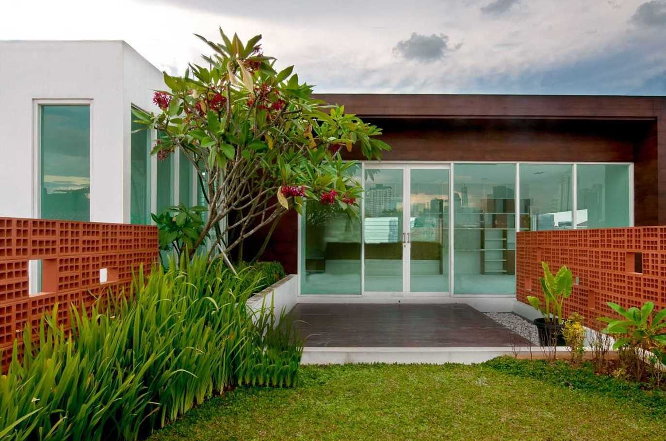 Foto inspirasi ide desain rumah modern 4 oleh Atelier Cosmas Gozali di Arsitag