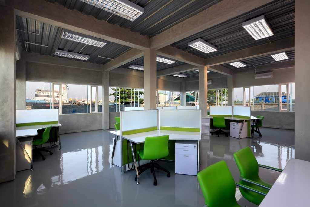 Foto inspirasi ide desain ruang kerja minimalis Working area oleh Atelier Cosmas Gozali di Arsitag